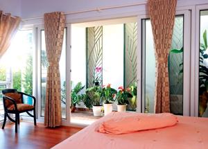 Phòng ngủ cũng nhìn ra một khoảng vườn nhỏ đầy nắng